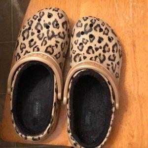 Women's Faux fur lined leopard print Crocs-9